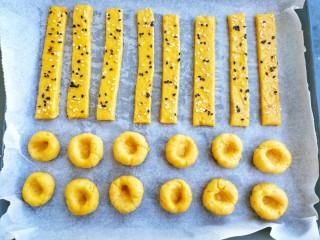 两种造型的红薯芝麻饼干,酥脆香甜有营养~,把刚才的边角料揉圆,分成若干小球,再用手指压个坑,另一种造型就做好了,可以给上面也刷上蛋液,撒上芝麻,