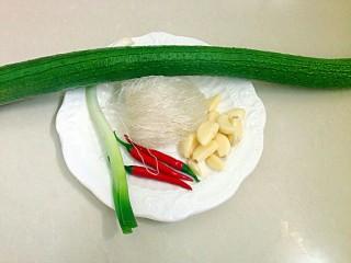 丝瓜蒸粉条,所用食材,丝瓜,粉丝,大蒜,辣椒,葱