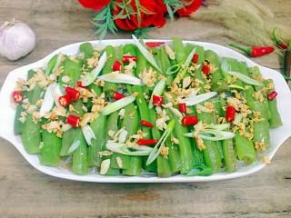 丝瓜蒸粉条,葱花,辣椒放到蒸好的丝瓜上,淋上蒜油