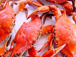 清蒸海飞蟹,突然想起网上关于南北方买菜的话题。我一次买了不多,就3斤半。算是南方买法还是北方买法呢。家里只有两个人😄背景不同,拍出图片不一样哈