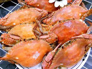 清蒸海飞蟹,螃蟹性寒,不能一次吃太多。孕妇最好不要吃。切记,不要贪多哦。