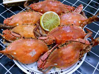 清蒸海飞蟹,10分钟后螃蟹出锅。