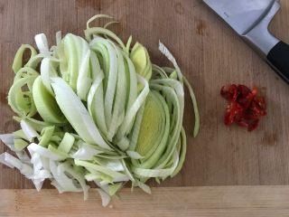 酸辣炝黑白,接下来,我们切大葱和朝天椒(这个小辣椒也是樱桃家自个儿种的,辣的不要不要的),