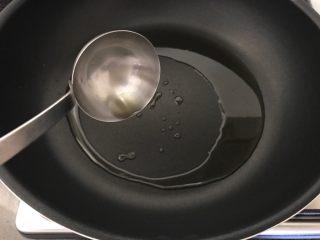 酸辣炝黑白,然后,开火倒入1汤勺橄榄油,
