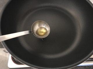 酸辣炝黑白,再开大火,把1小勺橄榄油加温至冒大烟离火,
