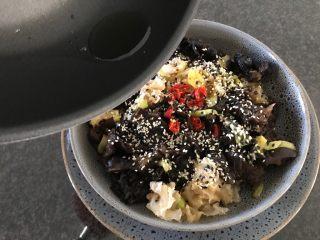酸辣炝黑白,直接炝在朝天椒上,炝出辣椒的香味!