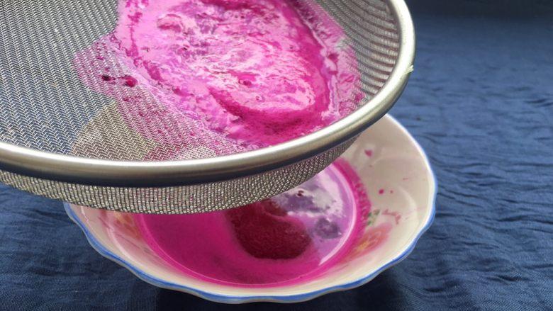 红心火龙果糯米糍,用漏勺过滤干净火龙果种子。