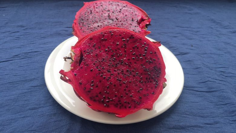 红心火龙果糯米糍,火龙果对半切开。