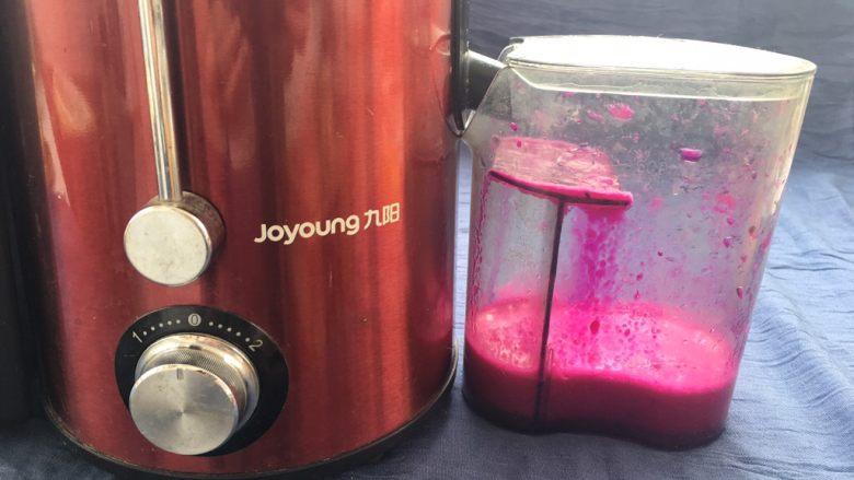 红心火龙果糯米糍,剩下来的火龙果肉,放入榨汁机中榨汁。
