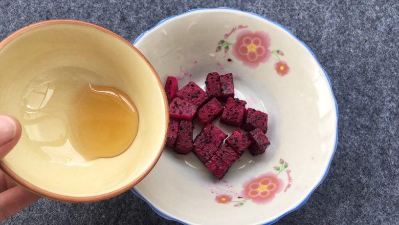 红心火龙果糯米糍,蜂蜜倒入火龙果肉中搅拌均匀、我觉得添加蜂蜜味道更佳。