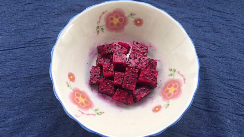 红心火龙果糯米糍,1/3火龙果肉,用刀切成小块放盘中待用。