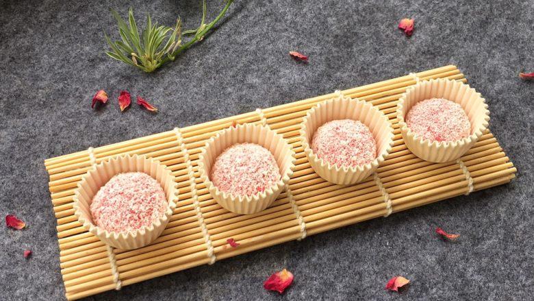 红心火龙果糯米糍,做好的糯米糍放入蛋糕纸杯中完成!