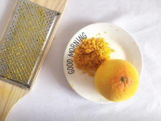 #曲奇菜谱秀#满口留香曲奇,橙子擦皮备用;