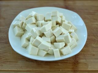 麻婆豆腐,豆腐切成小四方块