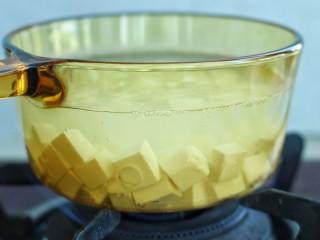 麻婆豆腐,锅中烧开水加2克盐,然后放入豆腐块煮2-3分钟