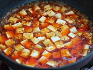 麻婆豆腐,将豆腐块捞出放入锅中烧2-3分钟