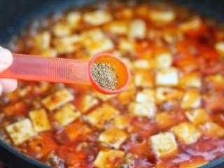 麻婆豆腐,待汤汁减少时加入花椒面