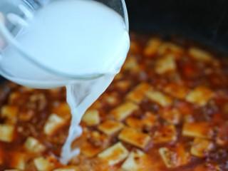 麻婆豆腐,倒入水淀粉勾薄芡