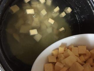 地瓜小米粥,接着倒入地瓜