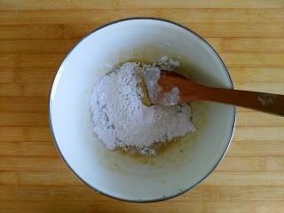 风情花生酱香蕉丸子,加入80克糯米粉(预留20克,一点一点试着加,直到报团)混合均匀无干粉能报团