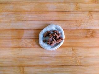 风情花生酱香蕉丸子,取一份为例 压扁包入花生酱捏紧滚圆(自制花生酱,浓浓的,很香,太稀的花生酱没发包哈)其它8份同样手法操作