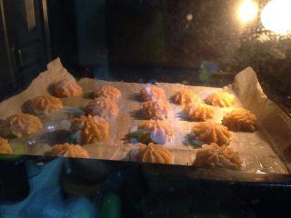 #曲奇菜谱秀#香草花生酱曲奇,入烤箱、中层、烘烤25分钟左右即可