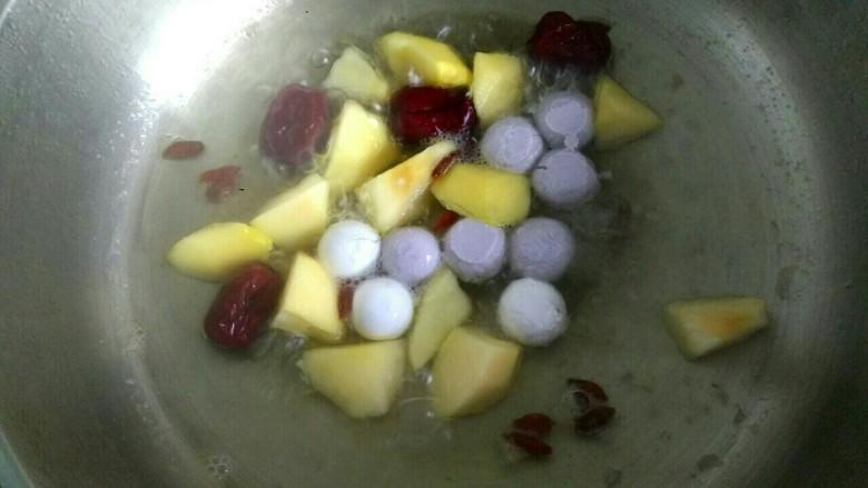 水果汤圆,放入汤圆烧开