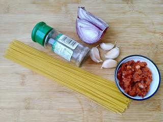 花样面条+黑胡椒蒜香意面,准备食材。