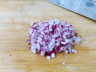 花样面条+黑胡椒蒜香意面,洋葱切成小丁。