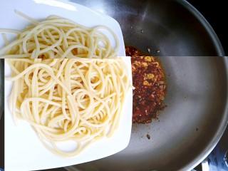 花样面条+黑胡椒蒜香意面,倒入煮好的意面,翻炒均匀。