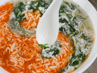 """零厨艺学做""""太极八卦羹"""",多余的汤汁用汤勺,点作太极眼即可"""