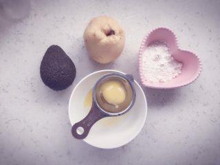 酪梨小饼🥑 宝宝辅食,准备食材,一个牛油果,一个雪梨,一个鸡蛋,一点面粉