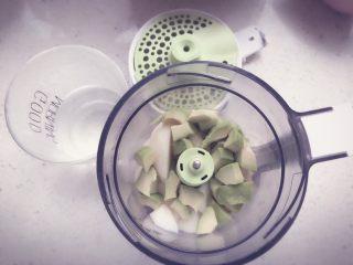 酪梨小饼🥑 宝宝辅食,将切好块的雪梨和牛油果一起放入辅食机中,适当加入一些清水