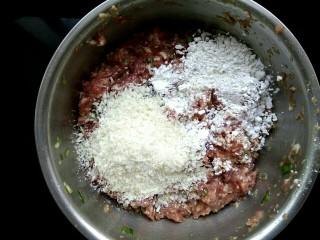 红烧狮子头,放入适量面包糠和淀粉
