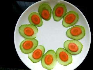 红烧狮子头,胡萝卜切片放在黄瓜片上