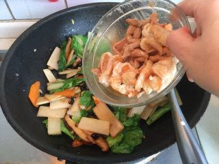 香甜米饭+中华烩饭,放入炒过的肉丝和虾仁炒匀