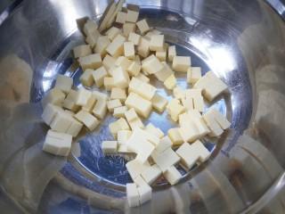 #曲奇菜谱秀#香浓红枣黄油曲奇,黄油切粒隔水软化