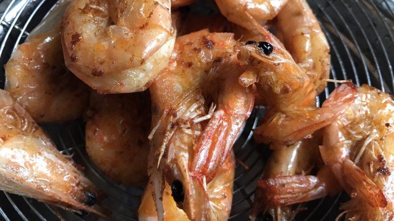 糖醋虾,将炸好的虾捞起备用