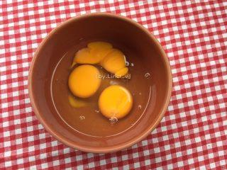 蛋包饭,鸡蛋打入碗中,我用的是土鸡蛋,很小,所以用了3个