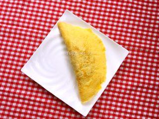 蛋包饭,将没放炒饭的另一半蛋皮盖到炒饭上