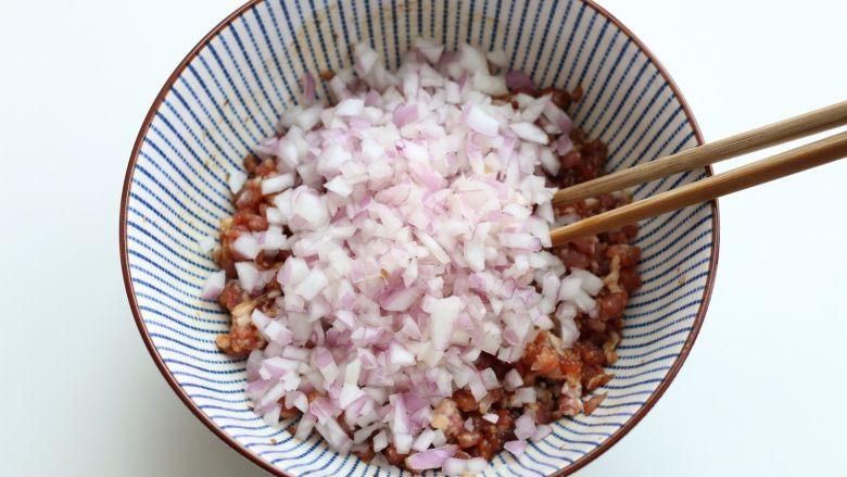 猪肉洋葱馅饼,然后把紫皮洋葱切碎,放进肉馅儿。