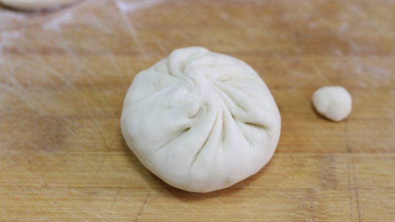 猪肉洋葱馅饼,象包包子一样包起来,收口处多出来的小面疙瘩要揪下来,这样馅儿饼的皮才会厚薄均匀。