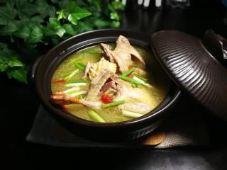 秋冬滋补篇:鲍鱼鸽子清补汤,用荥经砂锅出汤更浓稠。