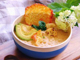 花样面条+椰香花菜汤捞意面配芝士脆片
