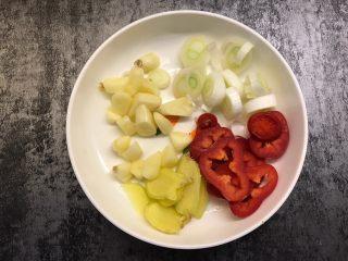 干锅花菜,生姜和大蒜切片,红椒和大葱切成小圈