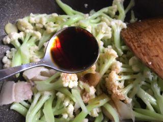 干锅花菜,加入两勺生抽