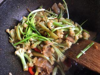 干锅花菜,关火后放入香葱段