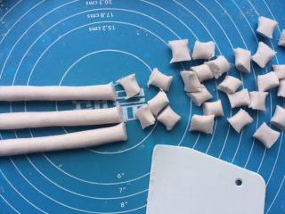 芋圆奇缘,然后把和好的面团都分小团搓成长形的圆柱状,切成小段即可。