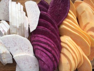 芋圆奇缘,准备好所有材料、把紫薯,芋头,番薯洗干净后去皮,切成薄片。
