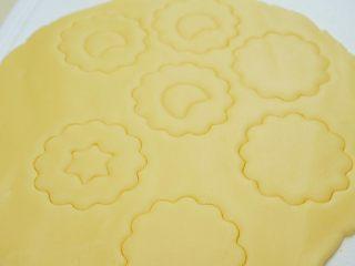 果酱饼干,如果没有这样的模具,可以用家里的裱花头按压出中间的形状。